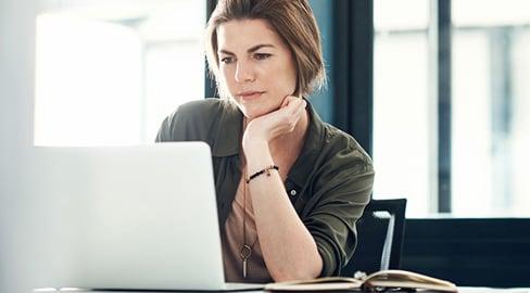 nainen tietokoneella