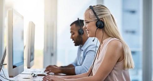 mies ja nainen tietokoneella