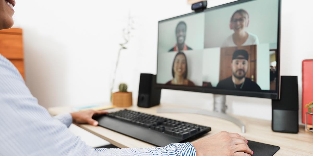 Tietokoneen ruutu verkkokokouksen aikana. Näkyvillä neljän osallistujan kasvot.