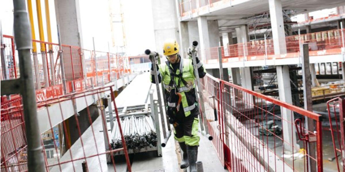 Mies rakennustyömaalla