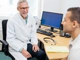 Lääkäri ja asiakas keskustelevat