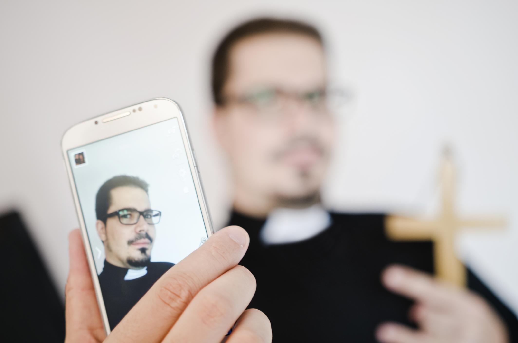Pappi kuvaa itseään älypuhelimella.