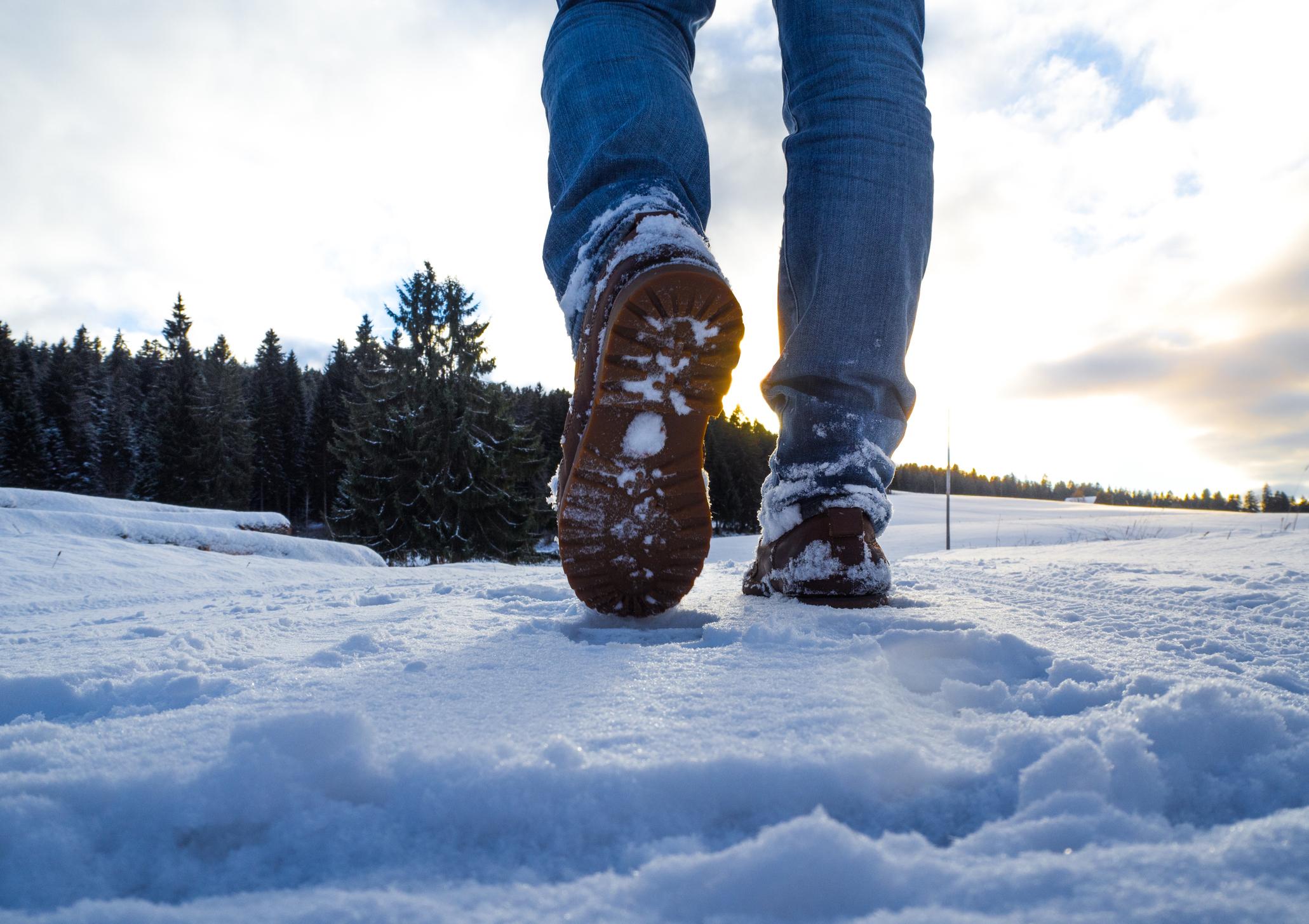 Henkilö kävelee lumella.